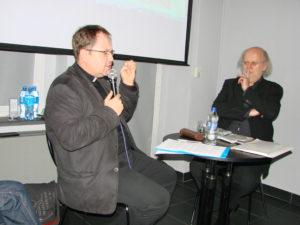 Stanisław Rybarczyk (po prawej) z moderatorem spotkania, ks. dr. Piotrem Góreckim, historykiem, archiwistą Kurii Diecezjalnej w Gliwicach.