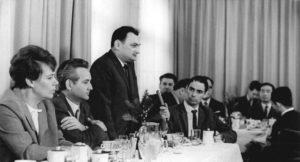 Harry Thürk (stehend) bei einer Pressekonferenz am 4.12.1967 in Berlin (Ost) Quelle: Bundesarchiv, Bild 183-F1204-0028-001