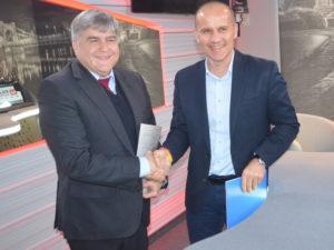 Foto 1: Vertreter beider Vertragsparteien beendeten die Gespräche mit einem symbolischen Handschlag. Foto: Radio Wrocław