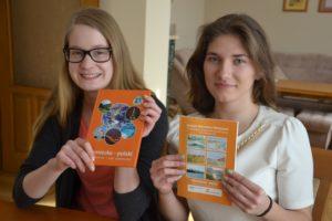 Antonia Sabasch und Krystyna Szmolke mit den zwei Versionen ihres Wörterbuches Foto: Anna Durecka