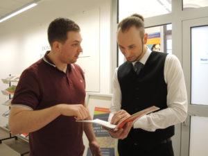Niclas Richardsen (links im Bild) und Szymon Kupka (Hannover) machten beim Haus der Deutsch-Polnischen Zusammenarbeit (HDPZ) in Gleiwitz ein Praktikum. Foto: Johannes Rasim