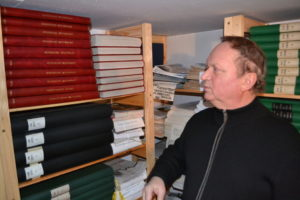 Pfarrer Tarliński zeigt uns die komplette Sammlung unserer Zeitung seit 1991. Sämtliche Ausgaben sind in der Bibliothek verfügbar Foto: Łukasz Biły.