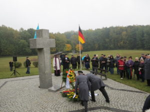 Foto 1: Gedenkfeier auf dem Soldatenfriedhof in Neumark. Foto: Verein Pomost-Brücke.