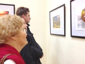 K.Niemiec – Zahlreiche Besucher kamen zur Ausstellungseröffnung in die Woiwodschaftsbibliothek.