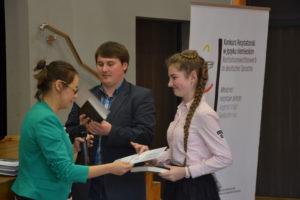 Podczas rozdania nagród po eliminacjach rejonowych w Strzelcach Opolskich. Dyplom odbiera jedna z finalistek: Agnieszka Lyp. Foto: Anna Durecka