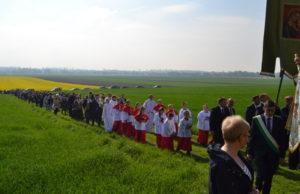"""Mieszkańcy Głogówka (Oberglogau) słyną z tego, że wiele tradycji rodzinnych, ludowych, a przede wszystkim religijnych przekazuje się młodym pokoleniom. Są one związane zarówno ze zwyczajami dnia powszedniego, jak i dniami świątecznymi.  W czasie obchodów różnych uroczystości ważne miejsce zajmują procesje. Jedną z ważniejszych jest organizowana od stuleci """"Lehmbergprozession"""" – procesja na Glinianą Górkę. Blisko szosy prowadzącej do Prudnika i Nysy, na niewielkim wzgórzu, wpisującym się w panoramę sudeckiego przedgórza, znajduje się kościółek. Historia tego miejsca sięga roku 1628, kiedy to zażądano od protestantów, aby wyrzekli się swego wyznania lub opuścili Głogówek. Grupa mieszczan wracająca z pątniczego szlaku i protestanci opuszczający domostwa spotkali się na tym wzgórzu. Jak podaje legenda, wszyscy zgodnie wrócili do miasta, a na pamiątkę pojednania ślubowali w farze, że co roku zorganizują procesje do tego miejsca. Tu hrabia Franz Eusebius von Oppersdorff wzniósł kaplicę jako manifestację kontrreformacji. W 1687 roku zbudowano drewniany kościółek, do którego pielgrzymowano przez następne sto lat. W 1779 roku Heinrich Ferdinand von Oppersdorff kazał wymurować nową świątynię pod wezwaniem Matki Boskiej Wspomożenia Wiernych (Maria Hilf, wzorowanej na dziele Cranacha Starszego, a czczonej w Passau). Wnętrze ozdabiają dekoracje stiukowe, polichromia mistrza Sebastiniego z charakterystycznymi dla jego sztuki wazonami kwiatów i puttami.  Procesja na Glinianą Górkę odbywała się przez stulecia w określonym porządku, zatwierdzonym 9 kwietnia 1629 roku w statucie religijnym, wydanym przez cesarza Ferdynanda II. W dokumencie tym potwierdzono jedność wiary w Oberglogau i ustalono bardzo dokładnie detale dotyczące corocznej procesji głogóweckich pielgrzymów: ich ubiory, rodzaje chorągwi, ozdoby na świecach, a nawet wskazówki, jakie pieśni należy śpiewać na trasie procesji. Współczesne procesje trochę zmieniły swój charakter. Co roku pieszo wyruszają spod fary do zabytkow"""