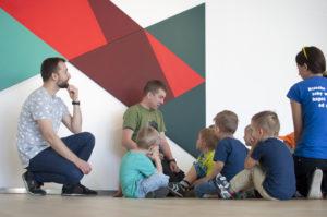 Foto: Kinder während eines Workshops zur konkreten Kunst. Foto: Galeria Sztuki Współczesnej