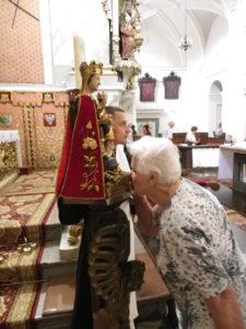 In Wartha können deutsche Pilger am 10. Juli in ihrer Muttersprache beten und singen. Während der Messe kommen sie der Gnadenfigur der Muttergottes von Wartha besonders nahe. Es ist die älteste Schnitzfigur im heutigen Polen. Foto: Klaudia Kandzia
