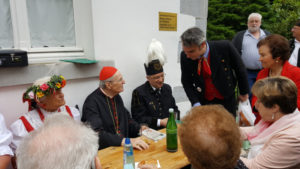 Joachim Kardinal Meisner (Mitte) im Gespräch mit Pilgern Foto: Damian Spielvogel