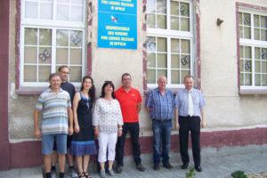 Die Delegation der Bayrischen Politiker am Schulgebäude von Pro Liberis  Foto: Łukasz Biły.