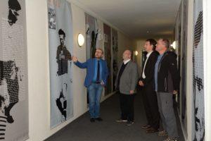 Krzysztof Wysdak zeigt den deutschen Partnern die Fußballerausstellung.  Foto: Kreis Saalfeld-Rudolstadt