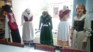 Renate Ulbrich präsentiert die ausgestellten Trachten. Foto: DFK Glatz.