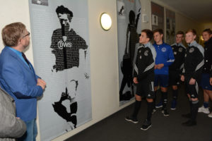 Foto: Krzysztof Wysdak zeigt den deutschen Partnern die Fußballerausstellung Foto: Kreis Saal