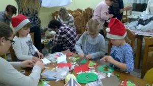 Podczas warsztatów dzieci wykonywały kartki świąteczne. Foto: A. Ludwig