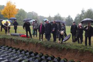 Vertreter des BdV erweisen den Opfern von Kaltwasser die letzte Ehre. Foto: BdV.